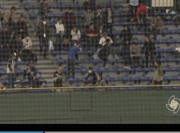 【WBC】オランダ代表選手のホームランが観客の股間にホールインワン