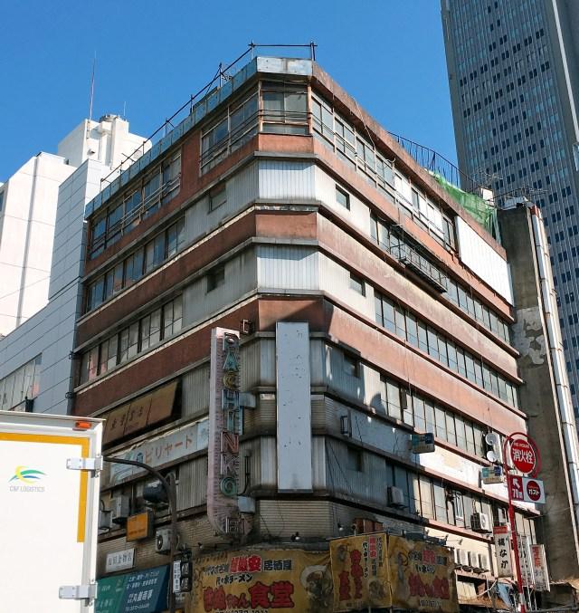 """""""東京の九龍城"""" に潜入! 廃墟同然のヤバイ建物「代々木会館」にある書店に懐かしの漫画を探しに行ってみた"""