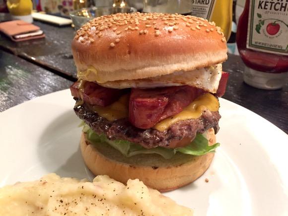 【最強ハンバーガー決定戦】第40回:業界屈指のデカさ! 凶悪レベルの「極厚ベーコン」は一食の価値アリ!! 渋谷『ウーピーゴールドバーガー』