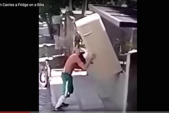 絶対に「おいおいマジかよ!」って思ってしまう動画『冷蔵庫を担ぐ男』