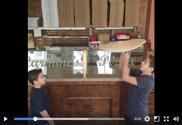 チビッコ2人がピザ生地を回すテクニックがハンパない! 超絶スゴ技に動画再生回数が2300万回越え!!