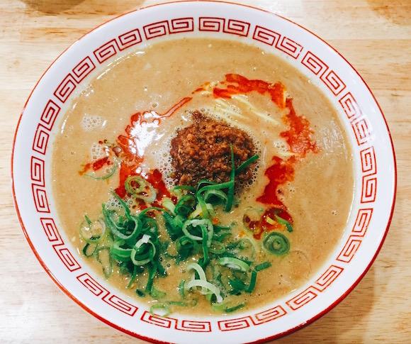これまでになかった新グルメ! ラーメンでも担麺でもない「拉担麺」を食べてみた / 福岡『まるたん』