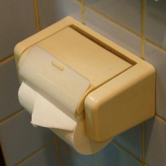 別々のトイレでウンコをしていたカップル → 彼女のほうだけ「紙切れ」でピンチ → 彼氏が思いついた解決方法が素晴らしいと話題に
