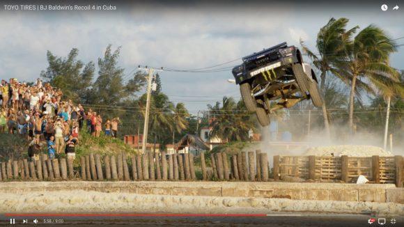 【飛びすぎ】オフロードカーがキューバの街を猛スピードで爆走&ジャンプしまくる動画が大迫力!!