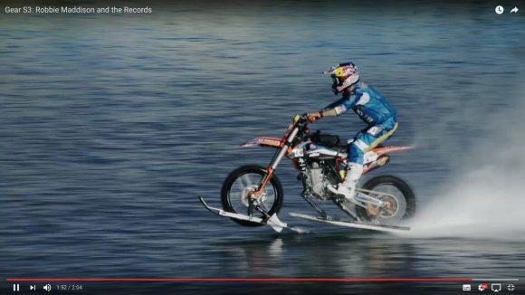 【気分爽快】バイクで海上を爆走する動画が見ているだけで超気持ちイイ!