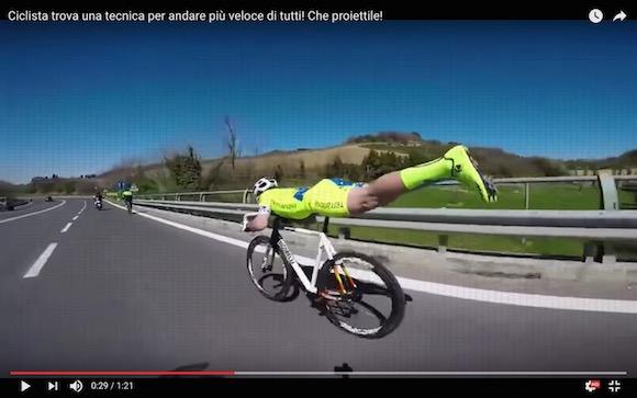 【神業動画】思わず二度見! ロードバイクで「仮面ライダー乗り」をした選手が集団後方からまさかの白熱デッドヒートを演出!!