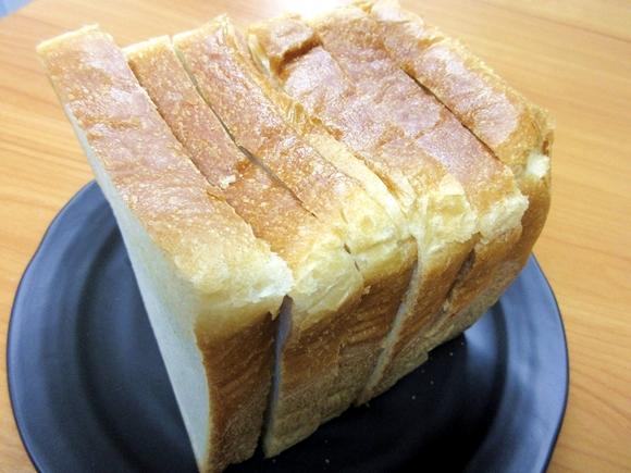 開店直後に完売する幻の食パン『角食』がモッチモチで超ウマぁーーい! 私が今まで食べていたのはスポンジだったのかも!? 東京・仙川「AOSAN」