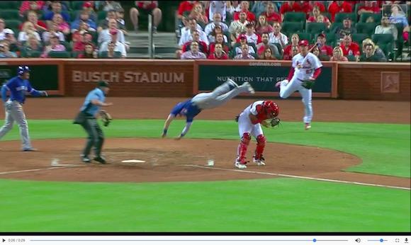 【奇跡の生還】ランナーが捕手を飛び越えてホームインする神走塁! メジャーリーグの試合でまるで忍者のようなプレーが炸裂!!