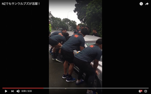 【動画あり】怪力で車を動かして人助けをした日本のラグビーチームに称賛の声