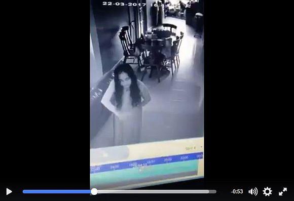 【貞子かよ】悪霊に取り憑かれたようにリビングを徘徊する家政婦が監視カメラに激撮される! ネットの声「クビになりたくて演技してるだけ」など
