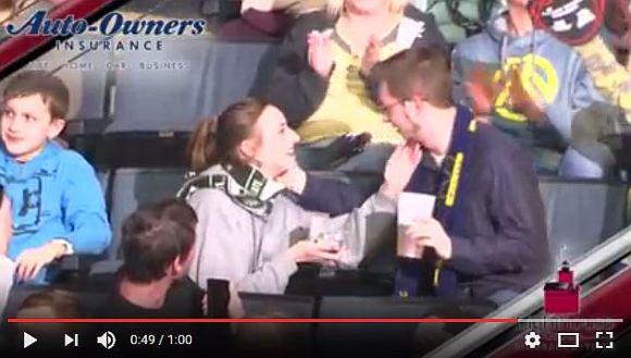 【男女逆転】ホッケーの試合中にキスカムで彼女が彼氏にプロポーズ! 彼女のいさぎよい行動が超カッコイイと話題に!!