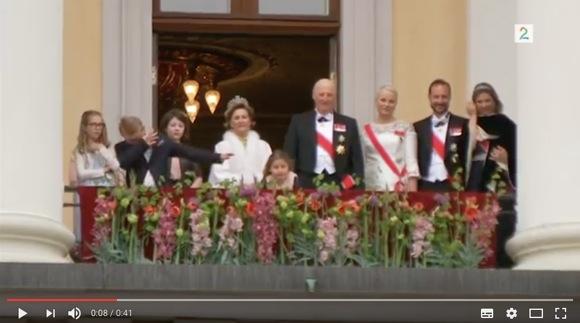 """11歳ノルウェー王子の """"式典中の様子"""" がカワイすぎるとネット民ざわつく「素晴らしい王子」「やっぱり子供は子供」"""