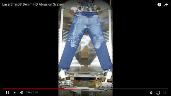 【まるで魔法】一瞬でジーンズにダメージを入れる「超高性能レーザーデニム加工機」がマジで凄い