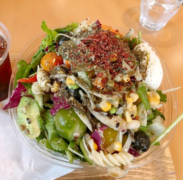 日本で最初のオリジナルサラダ専門店「サラダデリ マルゴ」で『トッピング全部のせ』をお願いしたらこうなった!