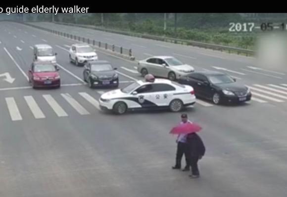 【心ほっこり動画】中国の警察官がパトカーで道路を封鎖して年配者の横断を手助け