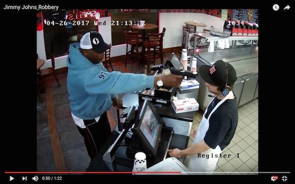 強盗から銃を突きつけられても全然怖がらない店員がネットで大人気
