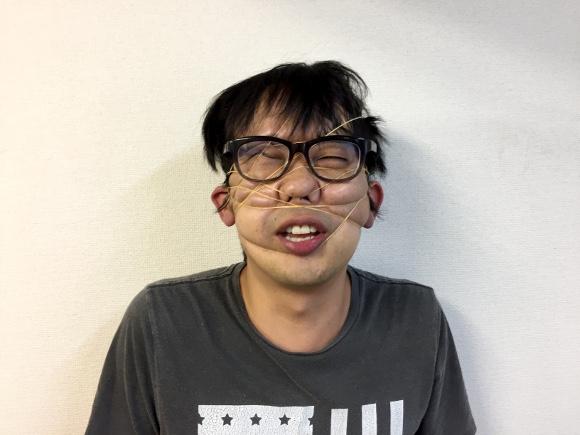 【やってみよう】アプリの100倍面白い! 輪ゴムを使った変顔(へんがお)の作り方