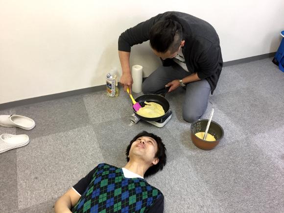 【罰ゲーム動画】イケメンの顔面に「熱々クレープ」をのせたらこうなった