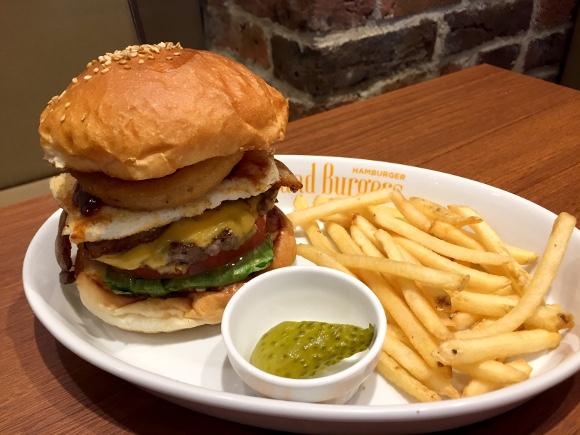 【最強ハンバーガー決定戦】第47回:ミディアムレア全開!肉々しい粗挽きパティが激ウマ!! 四谷三丁目『アイランドバーガー』
