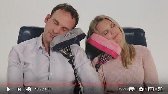 革命的な機内用の枕! 頭を持たせかけて寝られる「ジェット・コンフィー」で飛行機の旅がグ~ンと楽になりそうだぞ!!