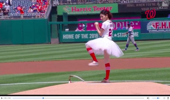 美人バレリーナが始球式でノーバン! かつてないほど華麗な投球で観客を魅了する