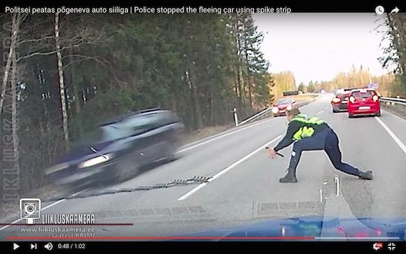 猛スピードの逃走車を瞬時に確保! 無理やり停める「スパイクストリップ」の威力が想像以上にスゴい