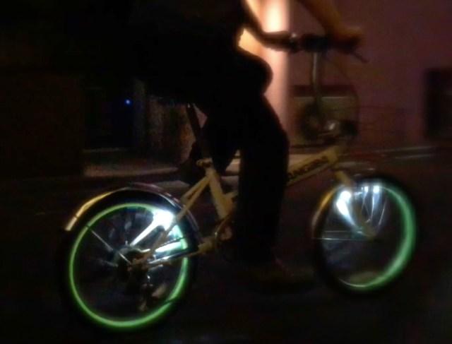 【自転車の日】100均グッズだけで「トロンみたいにホイールが光るチャリ」に改造してみた!