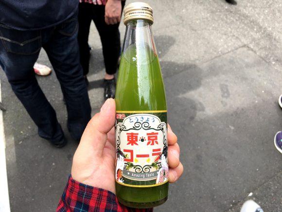 築地の路上で変に高い値段で売ってる「謎のコーラ」を飲んでみた / 緑茶で作られた『東京コーラ』