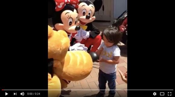 【動画あり】ミッキー&ミニーに手話で話しかけられた耳の不自由な少年 / その喜びの反応が可愛らしすぎると話題に