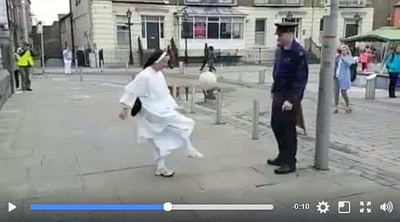 【意外な組み合わせ】修道女と警官が路上で見せたサッカーの腕前がヤバい! 絶妙な連携プレーが超お見事!!