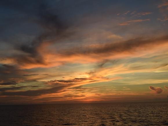 【絶景】豪華客船から眺める「日の出・日の入り」は息を呑む美しさ / 南シナ海に昇った太陽が水平線へと沈んでいく瞬間