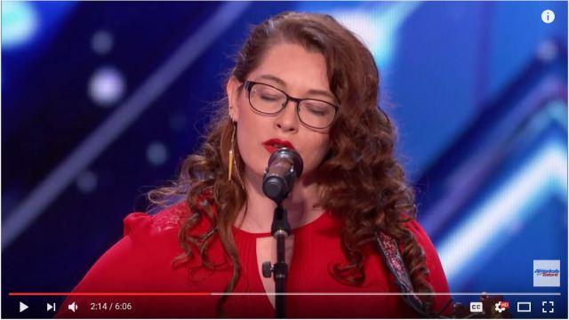 耳が聞こえない女性が歌う「あきらめないことの大切さ」についての歌が世界に感動を呼ぶ