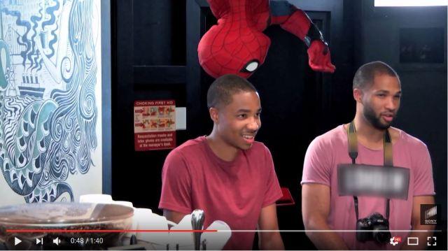【ドッキリ動画】コーヒーを待ってたらスパイダーマンが天井から登場 → お客さんビックリ仰天!