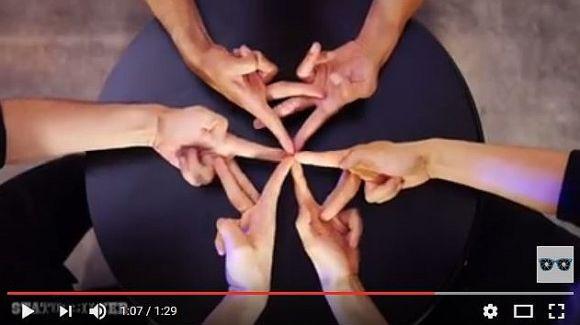 【次世代ダンス】日本人パフォーマー・XTRAPが繰り広げる「指を使ったフィンガーダンス」が海外で話題! 万華鏡のように変化し続ける動きが超美しい~!!