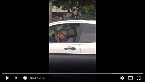 「隣の車見ろ! おじいちゃんがヘドバンしながら運転してるぞ!!」っていう動画 / しかも音楽はメタリカ!