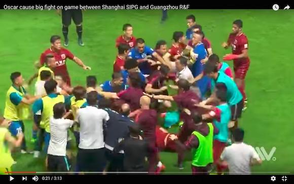 中国サッカーで大乱闘が発生! 元ブラジル代表が相手に思い切りボールを蹴り込む暴挙
