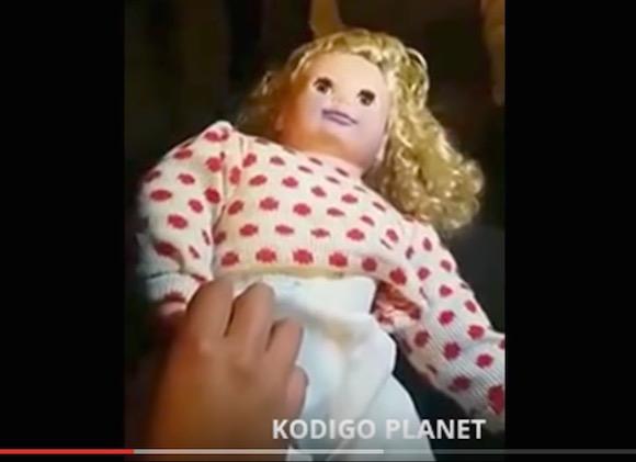 呪われた人形は実在する!? 電池が入っていないのに喋る「少女の人形」を撮影した恐怖映像