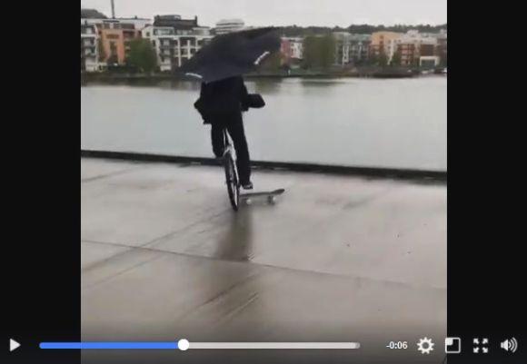 【喜劇王】自転車の男性がスケボーにタイヤを取られて海にドボンする動画が何度見ても飽きないおもしろさ! チャップリンの映画みたいな展開に大爆笑!!