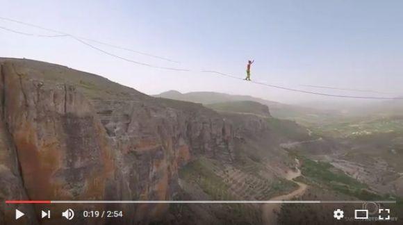 【恐怖の綱渡り】谷間に張られた1.2キロのロープを74分で渡り切った登山家がスゴい! 高所恐怖症の人は閲覧注意!!