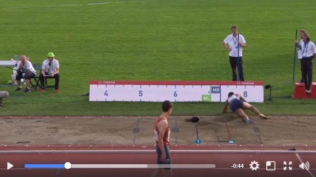 走り幅跳びの選手のカツラが競技中に吹っ飛ぶ瞬間が激撮される