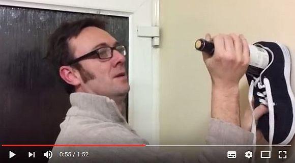 【仰天ライフハック】靴を使ってワインボトルを開けるテクニックが斜め上すぎな件