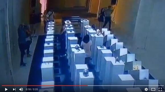 【動画あり】自撮りをしていた女性、2000万円相当の美術品をドミノ倒しで破壊