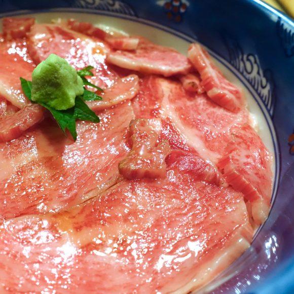 やっぱミシュランの店ヤバイわ…!! お口でとろける「和牛ローストビーフ丼」が超絶品! 北海道富良野『くまげら』