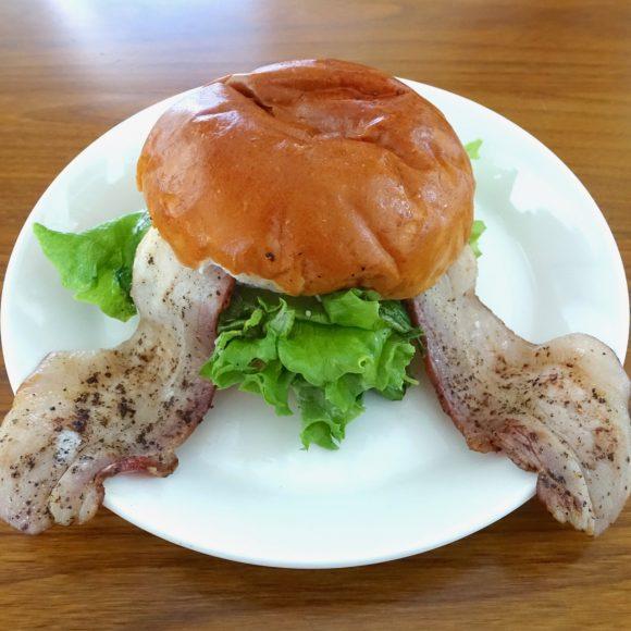 日本ハム・栗山監督が惚れ込んだ栗山町で食べるハンバーガーが絶品! バンズからはみ出すベーコンは完全に場外ホームラン / 北海道ハンバーガー紀行