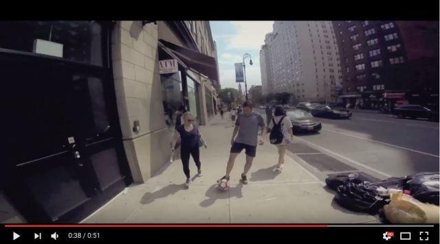 【検証動画】NYCで10時間サッカーボールを蹴って歩いてみた → 微笑ましい結果に!