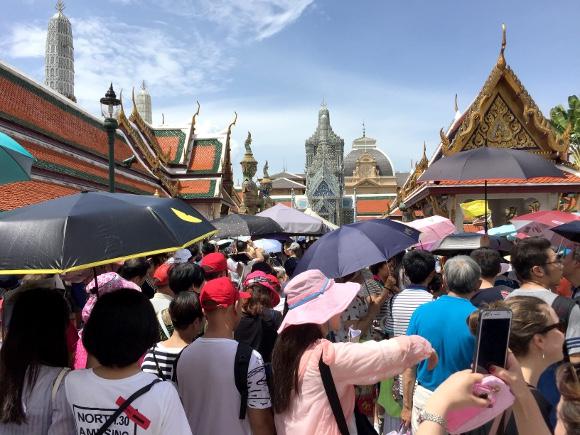 【ブチギレ】激混みの観光地では「日傘」を禁止にすべき! 邪魔だし目に入りそうで危ねえんだよォォォオオオ!!
