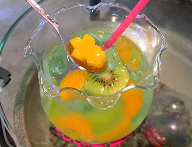 金魚鉢に入ったドリンク『きんぎょソーダ』を飲んでみた! 魚が泳いでいるように見えてオシャレやで~