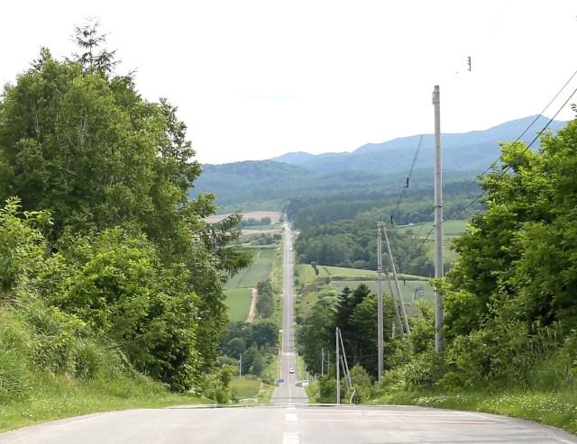 【絶景】北海道上富良野の直線道路「ジェットコースターの路」が壮大すぎる! 広大な田園の彼方まで波打つ道路が日本とは思えない!!