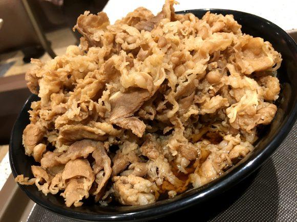【立ちそば放浪記】そびえ立つ肉・肉・肉! 富士そば北千住東口店の「牛肉そば」がウソみたいに爆盛りだった