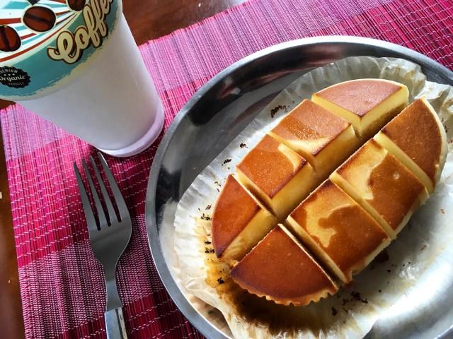 チーズ蒸しパンに切れ目を入れてオーブンで焼いて、溝にハチミツを流し込んだら罪深すぎる味になるので、バターとメープルシロップでやってみた